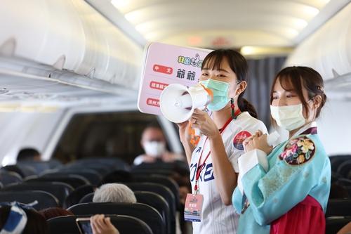 資料圖片:9月19日,機組人員在機上進行文化體驗活動。 南韓觀光公社(圖片嚴禁轉載複製)