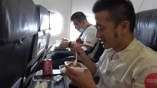 9月19日,台灣遊客在機上享用飛機餐。 南韓觀光公社(圖片嚴禁轉載複製)