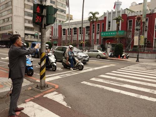 資料圖片:2019年3月13日,金尚浩站在趙明河義舉街頭,手指趙明河義舉前所在地。 金尚浩供圖(圖片嚴禁轉載複製)
