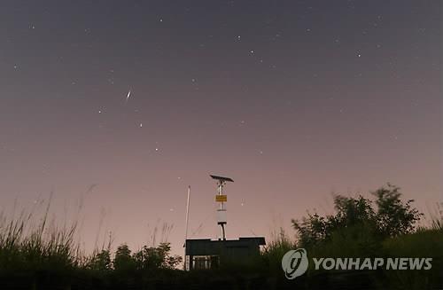資料圖片:英仙座流星雨 韓聯社