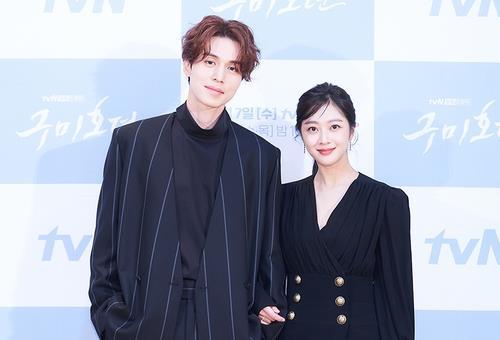 資料圖片:演員李棟旭(左)和趙寶兒 韓聯社/tvN電視臺供圖(圖片嚴禁轉載複製)