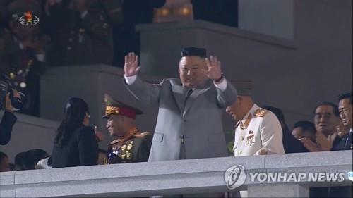 資料圖片:10月10日,金正恩出席勞動黨成立75週年閱兵式,並向群眾揮手致意。 韓聯社/朝鮮中央電視臺畫面截圖(圖片僅限南韓國內使用,嚴禁轉載複製)