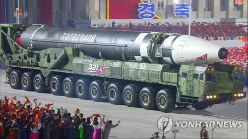 朝鮮閱兵式上公開新型彈道導彈展現軍事實力
