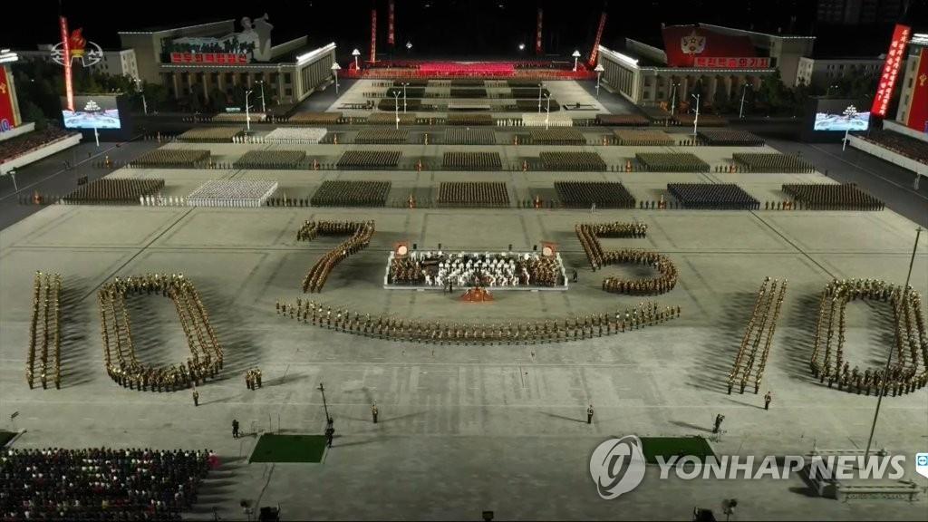 10月10日,朝鮮勞動黨成立75週年閱兵儀式在金日成廣場舉行。圖為人民軍方隊接受檢閱。 韓聯社/朝鮮中央電視臺畫面截圖(圖片僅限南韓國內使用,嚴禁轉載複製)