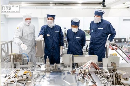 當地時間10月13日,在位於荷蘭埃因霍溫的阿斯麥爾公司總部,三星電子副會長李在鎔(左二)了解EUV光刻設備運轉情況。 韓聯社/三星電子供圖(圖片嚴禁轉載複製)
