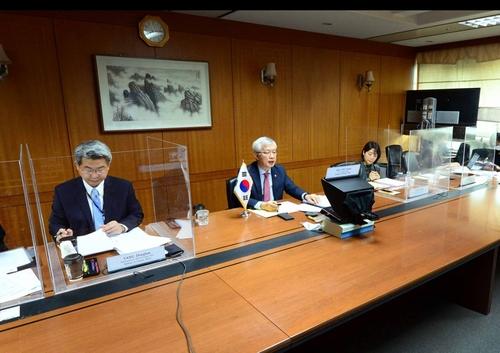10月14日,在外交部,外交部第二次官(副部長)李泰鎬(居中)在第五次韓美戰略經濟對話(SED)視頻會議上發言。 韓聯社/外交部供圖(圖片嚴禁轉載複製)