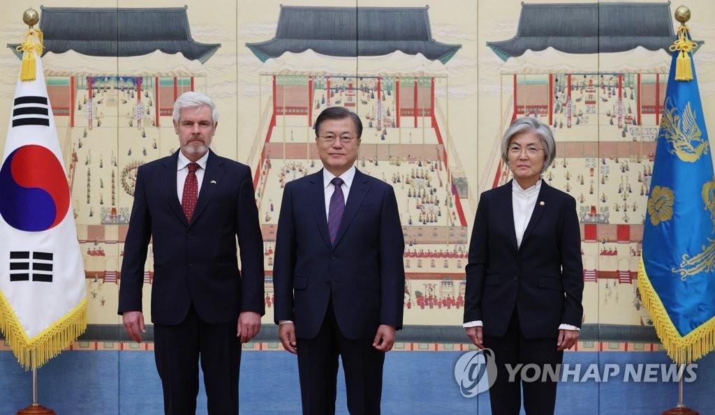 文在寅接受六國新任駐韓大使國書