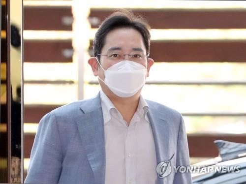 10月19日,在金浦國際機場,三星電子副會長李在鎔準備啟程前往越南。 韓聯社