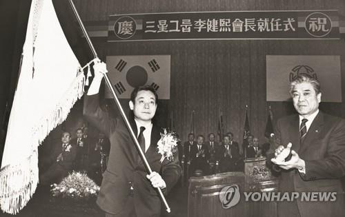 資料圖片:1987年,李健熙(左)出席三星集團會長就任儀式。 韓聯社