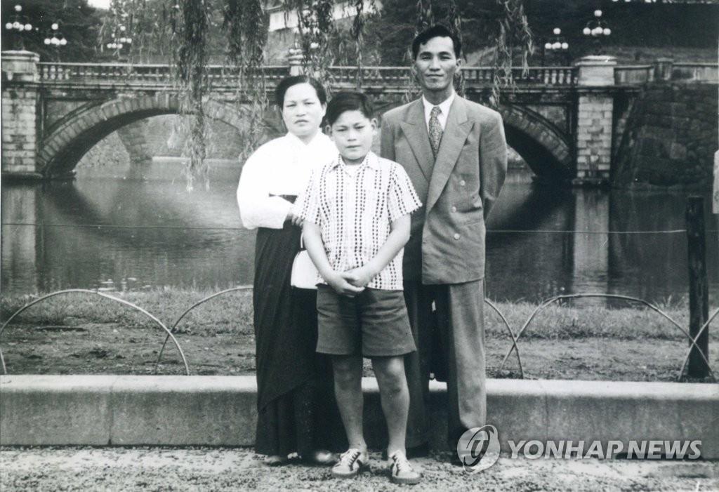 10月25日,三星集團會長李健熙因病去世,享年78歲。圖為李健熙兒時與父母的合照。 韓聯社/三星電子供圖(圖片嚴禁轉載複製)