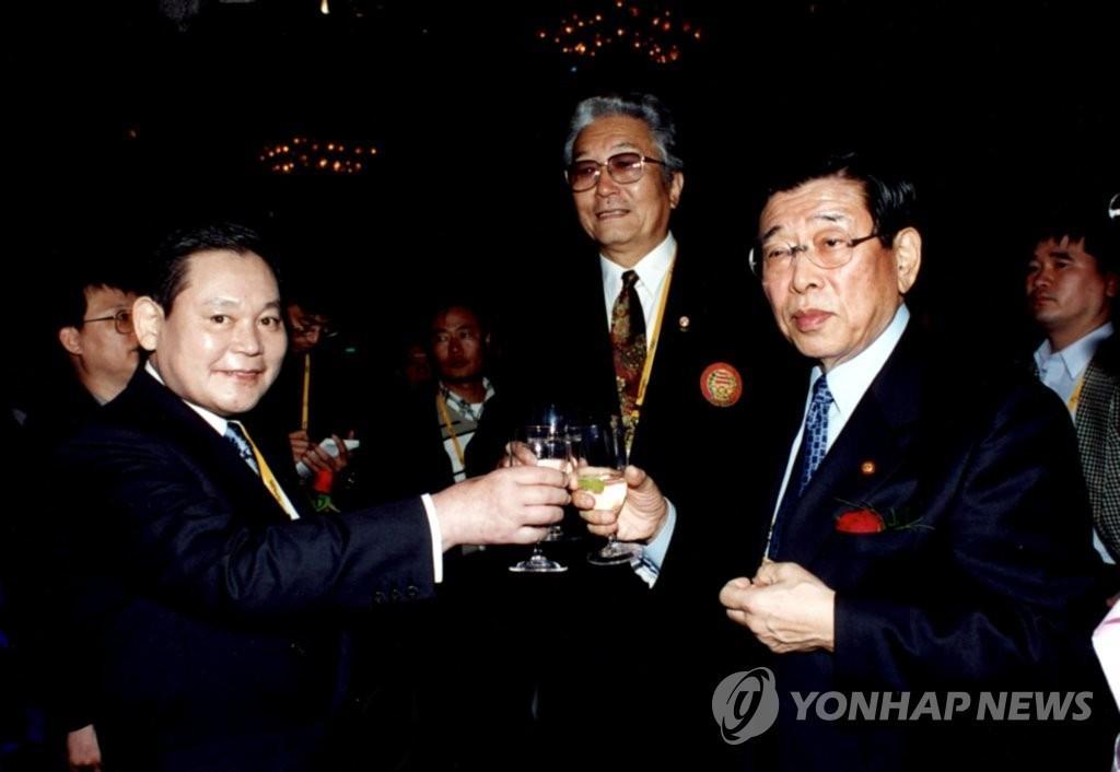 10月25日,三星集團會長李健熙因病去世,享年78歲。圖為2005年9月雪梨奧運會期間,韓朝國際奧會(IOC)委員出席南韓奧委會(KOC)招待會並舉杯共慶。左起依次是李健熙、朝鮮籍國際奧會委員張雄、南韓奧委會委員長金雲龍。 韓聯社