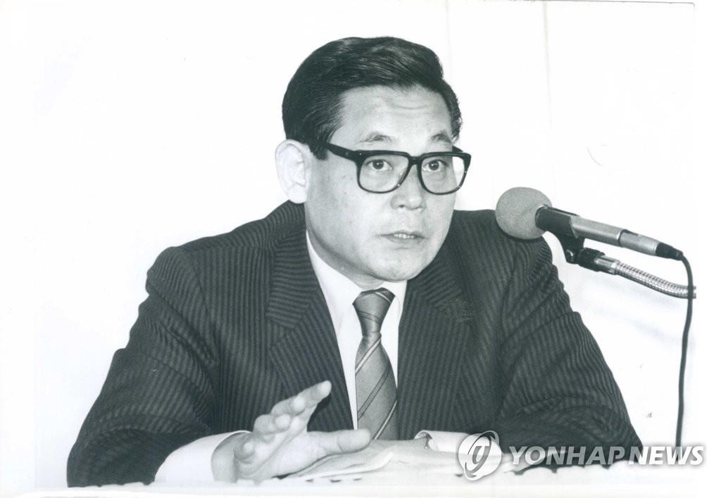 10月25日,三星集團會長李健熙因病去世,享年78歲。圖為李健熙1988年出席研討會的老照片。 韓聯社/三星電子供圖(圖片嚴禁轉載複製)