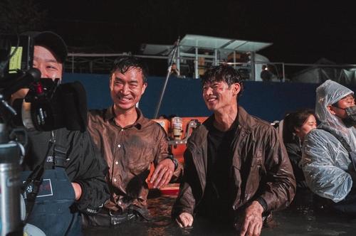 片場�堛獄祕t鎮(左二)和李帝勳(左三) CJ娛樂供圖(圖片嚴禁轉載複製)