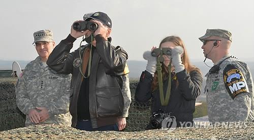 資料圖片:喬·拜登2013年到訪朝韓非軍事區。 韓聯社