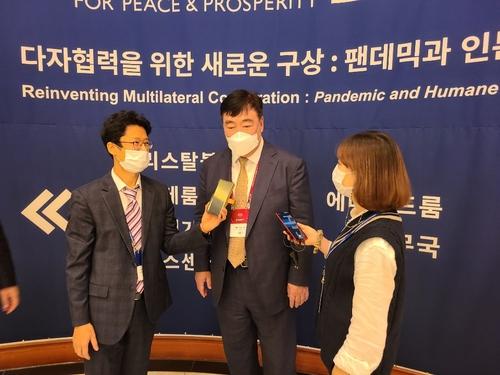 11月6日,中國駐韓大使邢海明(中)出席第15屆濟州論壇並接受記者採訪。 韓聯社