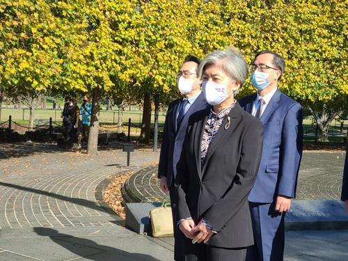當地時間11月8日,在華盛頓南韓戰爭參戰紀念公園,康京和向美軍烈士獻花。 韓聯社