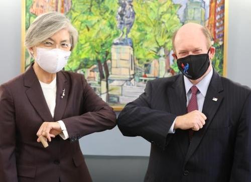 當地時間11月10日,康京和(左)會見美國民主黨參議員克�奡�·孔斯。 韓聯社/外交部供圖(圖片嚴禁轉載複製)