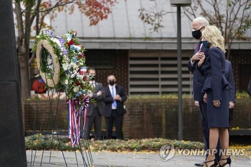 拜登向韓戰紀念碑獻花 意在強化同盟