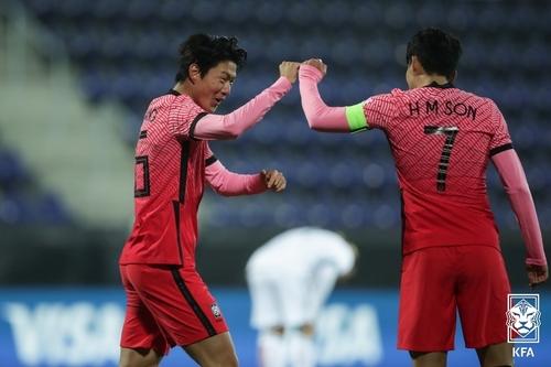 黃義助(左)和孫興慜慶祝進球。 韓聯社/大韓足球協會供圖(圖片嚴禁轉載複製)