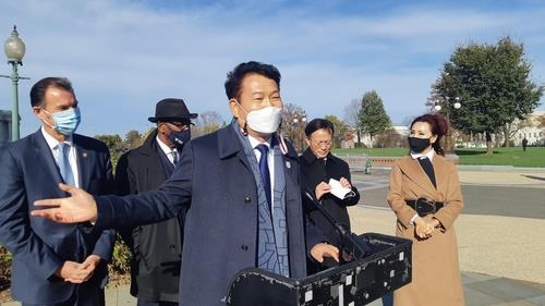 資料圖片:當地時間11月19日,在華盛頓,南韓共同民主黨韓半島工作組所屬議員宋永吉就美國眾議院通過關於加強韓美同盟關係的決議案一事發言。 韓聯社