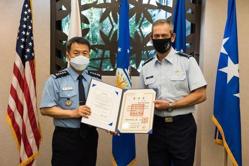 當地時間11月19日,在美太平洋空軍司令部,李成龍(左)向肯尼斯·威爾斯巴授予了報國勳章國仙章。 韓聯社/南韓空軍供圖(圖片嚴禁轉載複製)