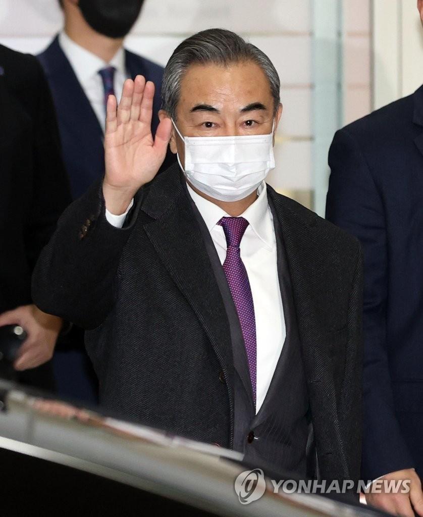 11月25日,在仁川國際機場,中國國務委員兼外交部長王毅向南韓記者揮手致意。 韓聯社