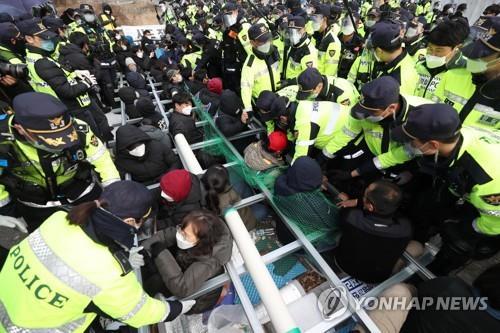韓軍向薩德基地運物資計劃因居民抵制未成