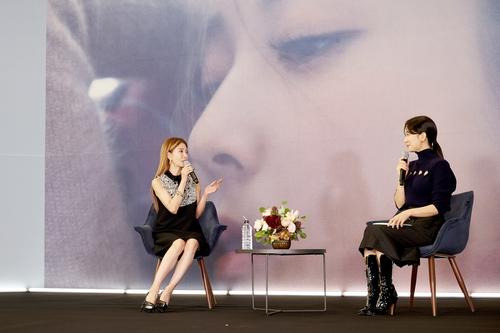 寶兒(左)亮相出道20週年專輯發佈會。 SM娛樂供圖(圖片嚴禁轉載複製)
