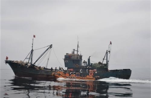 韓海警扣押一艘非法捕撈的中國漁船