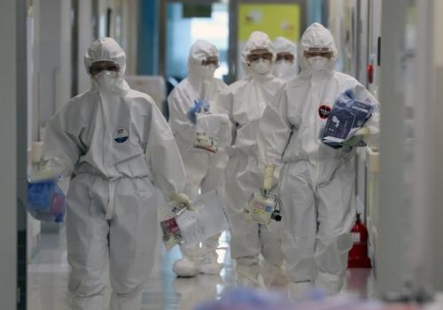 資料圖片:首爾醫療院的醫務人員忙碌奔走。 韓聯社