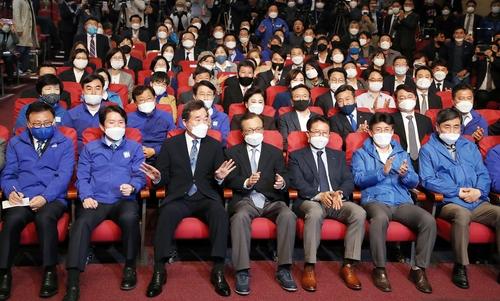 資料圖片:收看國會議員選舉開票直播的執政黨共同民主黨 韓聯社