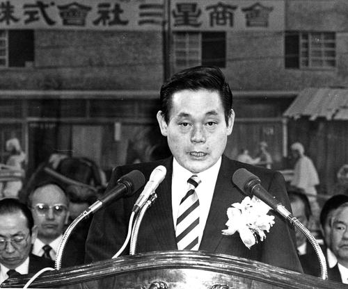 資料圖片:三星電子會上李健熙在三星集團成立50週年紀念儀式上發言。 韓聯社/三星電子供圖(圖片嚴禁轉載複製)