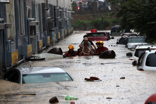 資料圖片:7月30日,暴雨過後,大田市一道路被水淹沒。 韓聯社