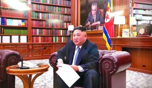 資料圖片:2019年1日1日,在朝鮮勞動黨中央委員會大樓,金正恩端坐在沙發上發表新年賀詞。 韓聯社