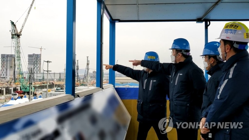 1月4日,李在鎔視察平澤第三工廠施工現場。 韓聯社/三星電子供圖(圖片嚴禁轉載複製)