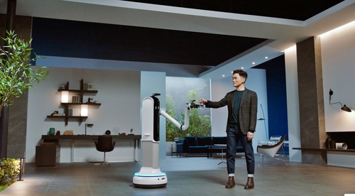 1月11日,三星電子參加2021年國際消費類電子產品展覽會(CES 2021)並舉辦媒體發佈會。圖為三星電子社長(三星研究院所長)承現峻在活動上介紹三星新款機器人產品。 韓聯社/三星電子供圖(圖片嚴禁轉載複製)