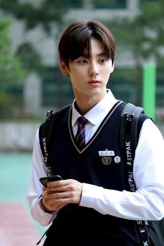 黃旼泫:願做打動人心的演員和歌手