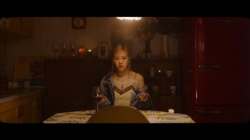 圖為ROSÉ首支個人單曲預告視頻。 韓聯社/YG娛樂供圖(圖片嚴禁轉載複製)