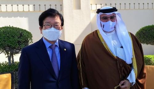 當地時間2月15日,在巴林首都麥納麥,南韓國會議長樸炳錫(左)與巴林王儲薩勒曼在會談後合影留念。 南韓國會供圖(圖片嚴禁轉載複製)