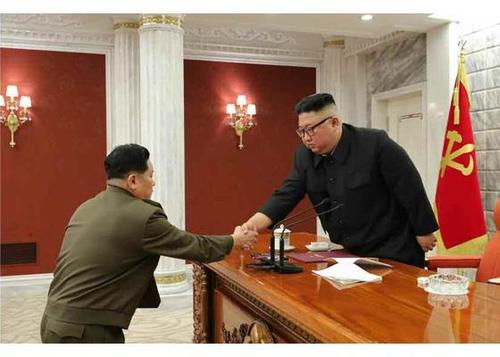 據朝鮮勞動黨機關報《勞動新聞》2月25日報道,朝鮮國務委員會委員長金正恩(右)24日主持召開勞動黨中央軍事委員會擴大會議。 韓聯社/《勞動新聞》官網截圖(圖片嚴禁轉載複製)