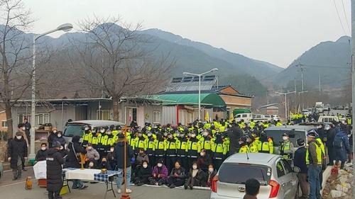 韓警方驅離薩德基地入口示威民眾
