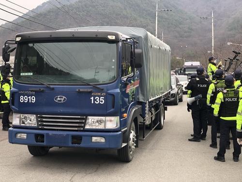 2月25日,在慶尚北道星州郡薩德基地附近的韶成�塈囓褶|館門前,當地居民與警方對峙,試圖阻止載有施工裝備和建材的車隊進入基地。 韓聯社