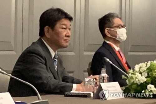5月5日下午,在倫敦市區一酒店,為出席七國集團(G7)外長會議訪英的日本外相茂木敏充(左)同南韓外長鄭義溶、美國國務卿安東尼·布林肯舉行會談。 韓聯社