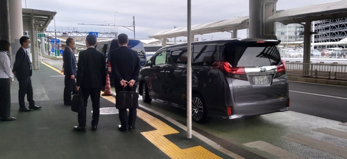 5月11日,在日本成田國際機場,赴日出席韓美日情報首長會談的南韓國家情報院院長樸智元乘車離開。 韓聯社