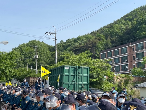 韓薩德基地運入物資引起警民對峙
