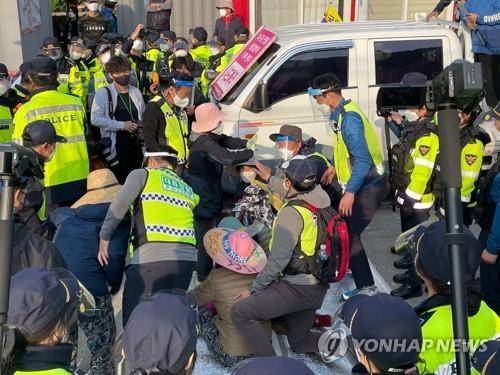 詳訊:韓薩德基地運入物資引起警民對峙