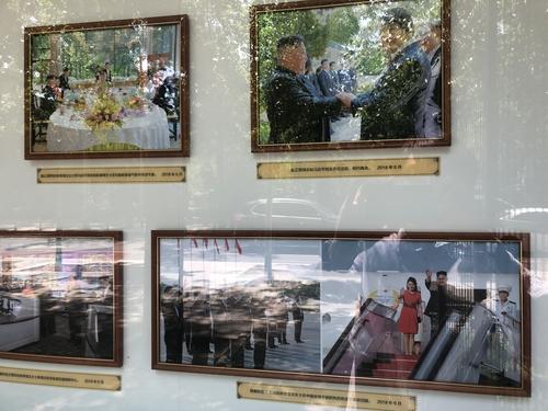 6月1日,在中國北京,朝鮮駐華大使館宣傳欄展出朝鮮國務委員長金正恩2018年三次訪華期間拍攝的26張照片。 韓聯社