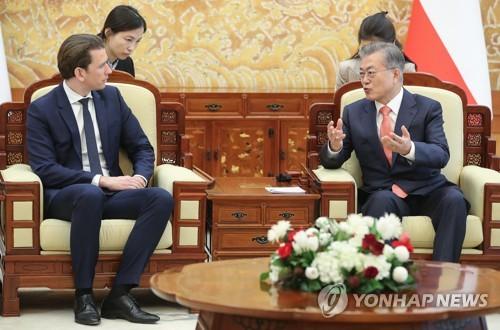 資料圖片:2019年2月14日下午,在青瓦臺,南韓總統文在寅(右)與奧地利總理塞巴斯蒂安·庫爾茨舉行會談。 韓聯社