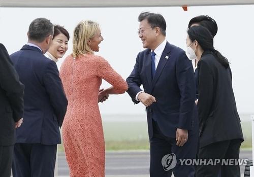 文在寅抵達英國將出席G7峰會