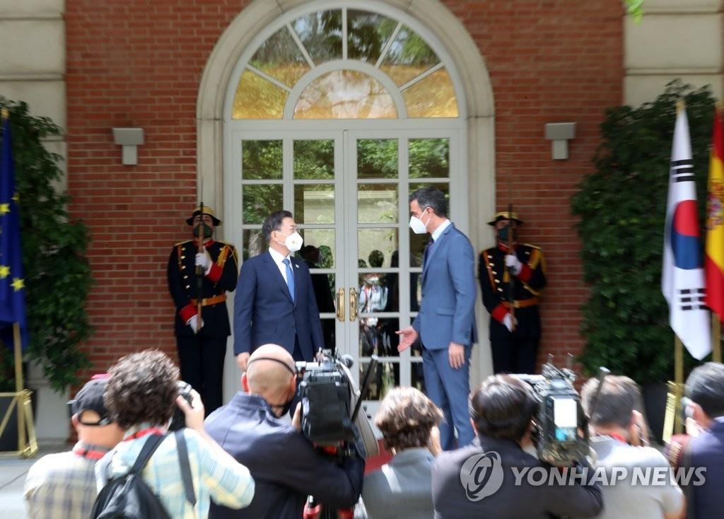 當地時間6月16日,在馬德里,南韓總統文在寅(左)與西班牙首相佩德羅·桑切斯舉行會談併合影。 韓聯社
